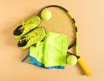 Sport, fitness, tennis, gezonde levensstijl, sportmateriaal Tennisracket, kalktrainers, tennisbal, kalk atletische borrels Vlak l Stock Foto
