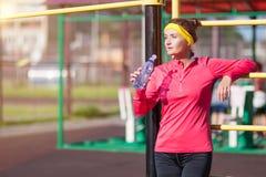 Sport, Fitness and Workout Concepts Athlète féminin caucasien de sourire heureux dans l'équipement professionnel posant avec la b photographie stock libre de droits