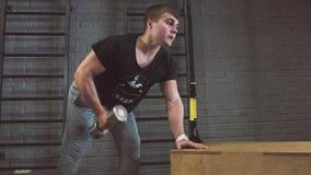 Sport, forma fisica, stile di vita e concetto della gente - uomo con le teste di legno che si esercita nella palestra stock footage