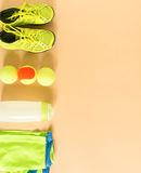 Sport, forma fisica, tennis, stile di vita sano, roba di sport Calcini gli istruttori, pallina da tennis, calcini gli shorts atle Fotografia Stock Libera da Diritti