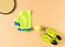 Sport, forma fisica, tennis, stile di vita sano, roba di sport La racchetta di tennis, gli istruttori della calce, pallina da ten Fotografie Stock