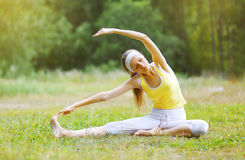 Sport, forma fisica, yoga - concetto, donna che fa esercizio Fotografie Stock