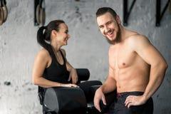 Sport, forme physique, mode de vie et concept de personnes - homme et femme de sourire dans le gymnase photos libres de droits