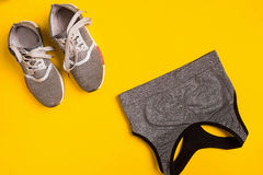 Sport, forme physique, mode de vie sain, cardio- formation et concept d'objets - fermez-vous des sports habillement et espadrille Image stock