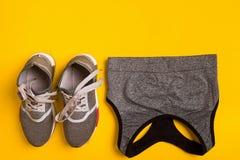 Sport, forme physique, mode de vie sain, cardio- formation et concept d'objets - fermez-vous des sports habillement et espadrille Image libre de droits