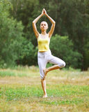 Sport, forme physique, yoga - concept, femme faisant l'exercice Image stock