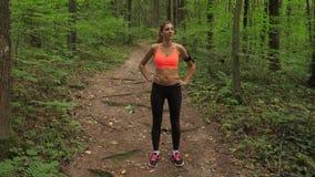Sport-Frauen-Wert, nachdem er auf Forest Track gerüttelt hat, häufig und atmet schwer stock video