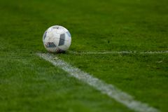 Sport, Fußball und Spielball auf Fußballplatz lizenzfreies stockfoto