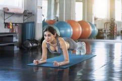 sport Giovane donna atletica asiatica che fa i exercis muscolari di flessione immagine stock