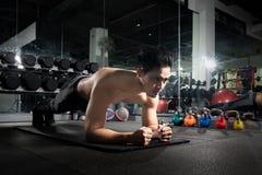 sport Giovane uomo atletico che fa spinta-UPS Il tipo muscolare e forte che si esercita, ritratto di un uomo che bello fare sping fotografia stock