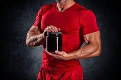 Sport, het bodybuilding, sterkte en mensenconcept - jonge mensensta royalty-vrije stock afbeeldingen