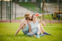 Sport i technologia Potomstwa w miłości heteroseksualnej Kaukaskiej parze odpoczywa w parku na gazonie po tym jak trening outdoor zdjęcia royalty free