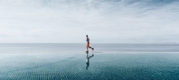 Sport i vuxenliv en man över fyrtio år gammalt görande jogga för morgon arkivbilder
