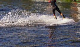 sport Il wakeboarder sull'acqua che fa i trucchi Giorno pieno di sole Fotografia Stock Libera da Diritti