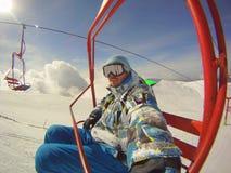 Sport invernali - sciatore che per mezzo della cabina di funivia Fotografia Stock Libera da Diritti