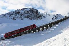 Sport invernali: Trasporto della cabina di funivia di Davos Parsenn fino alle montagne di Parsenn immagini stock libere da diritti