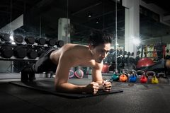 Sport Jonge atletische mens die opdrukoefeningen doen Spier en sterke kerel die, Portret van een knappe mens die duwups oefening  stock foto