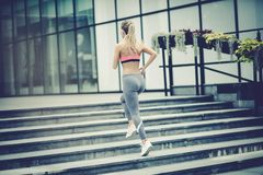 Sport jonge die vrouwen op stadstreden in werking worden gesteld Achter mening stock fotografie