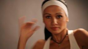 Sport-junges Mädchen-Sitz-Tanz, moderner aerober Tänzer stock footage