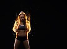 Sport-kijkt jongelui aardige dame met donker haar royalty-vrije stock fotografie