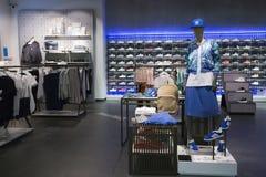 Sport-Kleidung in Adidas trägt Einzelhandelsgeschäft zur Schau Stockbilder