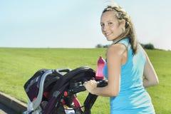 Sport kobieta na zewnątrz dziecka Zdjęcia Royalty Free