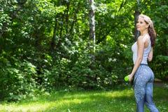 Sport kobieta robi ćwiczeniom z dumbbells outdoors fotografia royalty free