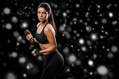 sport Kobieta sporta ciała silny i piękny zimy pojęcie z zdjęcia royalty free