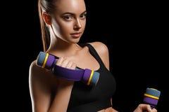 sport Kobieta sporta ciało silny i piękny z dumbbells fotografia royalty free