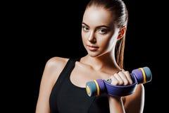 sport Kobieta sporta ciało silny i piękny z dumbbells obraz stock