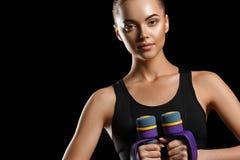 sport Kobieta sporta ciało silny i piękny z dumbbells obrazy royalty free