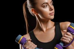 sport Kobieta sporta ciało silny i piękny z dumbbells obraz royalty free