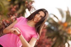Sport kobieta sprawdza jej zegarek Obrazy Royalty Free