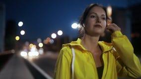 Sport kobieta stawia dalej bezprzewodowe słuchawki i bieg na moście zdjęcie wideo