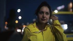 Sport kobieta stawia dalej bezprzewodowe słuchawki i bieg na moście zbiory