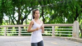 Sport kobiety bieg w ulica parka miasta miastowym tle Zdjęcie Stock