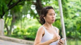 Sport kobiety bieg w ulica parka miasta miastowym tle Obraz Royalty Free