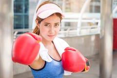 Sport kobiety boks w ulicznym mieście zdjęcie royalty free