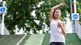 Sport kobiety rozciągania bieg w ulica parka miasta miastowym tle Zdjęcia Royalty Free