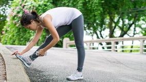 Sport kobiety rozciągania bieg w ulica parka miasta miastowym tle Obraz Stock
