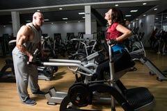Sport-, kondition-, bodybuilding-, teamwork- och folkbegrepp - woma Fotografering för Bildbyråer