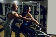 Sport-, kondition-, bodybuilding-, teamwork- och folkbegrepp - woma Royaltyfria Foton