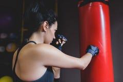 Sport, kondition, livsstil, folk och motivationbegrepp Bakre sikt av idrottsman nenbrunetten som är kvinnlig med den röda handduk arkivfoto