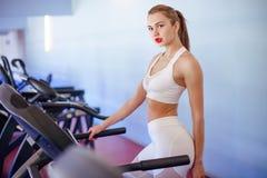 Sport, kondition, livsstil, teknologi och folkbegrepp - spring för ung kvinna på trampkvarnen fotografering för bildbyråer