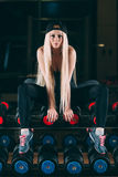 sport Konditionkvinna i idrottshallen Arkivbild