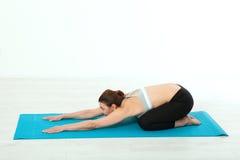 sport Konditionyogakvinna Den härliga medelåldersa kvinnan som gör yoga, poserar Begreppsfolket är genomköraren i yoga som in utb Royaltyfri Bild