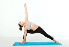 sport Konditionyogakvinna Den härliga medelåldersa kvinnan som gör yoga, poserar Begreppsfolket är genomköraren i yoga som in utb Arkivfoto