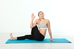 sport Konditionyogakvinna Den härliga medelåldersa kvinnan som gör yoga, poserar Begreppsfolket är genomköraren i yoga som in utb Arkivbild