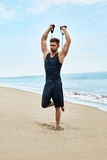 sport L'uomo che fa l'estensore esercita all'aperto sulla spiaggia Allenamento del corpo Immagini Stock Libere da Diritti