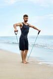 sport L'uomo che fa l'estensore esercita all'aperto sulla spiaggia Allenamento del corpo Immagini Stock